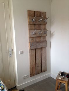 Pallet coat hanging diy wood projects, home projects, home crafts, diy home Diy Pallet Projects, Home Projects, Home Crafts, Diy Home Decor, Palette Deco, Wood Pallets, Pallet Wood, Pallet Furniture, Home And Living