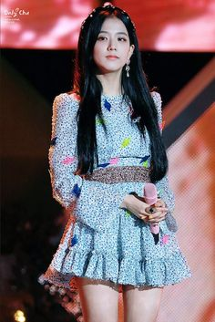 Your source of news on YG's current biggest girl group, BLACKPINK! Please do not edit or remove the logo of any fantakens posted here. Blackpink Jisoo, Kim Jennie, Yg Entertainment, South Korean Girls, Korean Girl Groups, Black Pink ジス, Celebrity Drawings, Blackpink Fashion, Stage Outfits