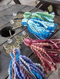 Borlas Mariposa El anillo de piedras central aporta un delicado detalle.  Encontralas en www.facebook.com/amalgama.bijouxdeco Diy Keychain, Tassel Keychain, Yarn Crafts, Diy And Crafts, Arts And Crafts, Diy Tassel, Tassels, Natural Accessories, Tassel Curtains