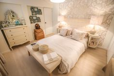 Ana Antunes | Quarto | Bedroom | Cama de Casal | Double Bed | Bedside tables | Cushions | Pillows | Candeeiros| Table Lamps | Cómoda | Chest of Drawers | Espelho | Mirror | Beach Inspiration | Sand Neutrals Shades | Headboard | Wallpaper | Bench | Home | Interior | Design