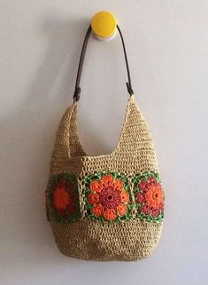 Paper raffia flower line bag hm This Pin was discovered by hil Crochet Handbags, Crochet Purses, Crochet Bags, Crochet Gifts, Diy Crochet, Crochet Stitches, Crochet Patterns, Mode Crochet, Knitted Bags