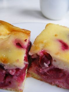 Tejfölös meggyes sütemény - Otherwise known as Sour Cherry Cake MMMmmmm Hungarian Desserts, Hungarian Recipes, Hungarian Food, Cherry Cake, Sour Cherry, Hawaiian Pizza, Nom Nom, Cheesecake, Food And Drink