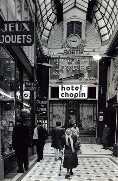 Robert Doisneau // Paris : pathways & galleries - Passage Jouffroy 1976 - Dan and I stayed here! Robert Doisneau, Henri Cartier Bresson, Old Paris, Vintage Paris, Old Pictures, Old Photos, Foto Transfer, Paris Ville, French Photographers
