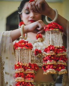 Trendy and unique colors for floral jewellery! Bridal Bangles, Bridal Jewelry, Flower Jewelry, Bridal Jewellery Collections, Indian Wedding Jewelry, Indian Bridal, Bridal Chuda, Indian Wedding Photography, Bridal Accessories