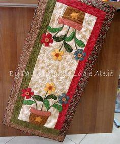 Lindo trilho de mesa, com aplicação em tecidos nacionais e importados, todo quiltada, cores e aplicações variam de acordo com o gosto do cliente. R$ 132,00