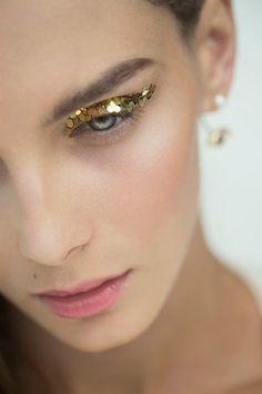 glitter. #makeup #gold #runway