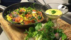 Lars Erik Vesterdal luner laksen i eggerøre og serverer brønsj med majones, salat og brød.