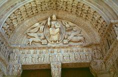 San Trofimo. Está organizada como un arco de triunfo representando el juicio final.  En el centro del tímpano está situado el Pantocrator rodeado de una mandorla y el tetramorfos, (el ángel de San Mateo, el león de San Marcos, el toro de San Lucas y el águila de San Juan).