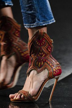 Fall 2018 Fashion Show Details - The Impression Pretty Shoes, Beautiful Shoes, Shoe Boots, Ankle Boots, Women's Shoes, Creative Shoes, Velvet Slippers, Autumn Fashion 2018, Fall 2018