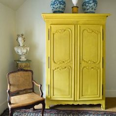 Armadio vintage dipinto giallo - Armadio vintage dipinto giallo con intarsi sulle ante