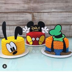 Olha que lindo esses bolo com o tema Mickey e seus Amigos! Bolo Do Mickey Mouse, Mickey Mouse Clubhouse Cake, Fiesta Mickey Mouse, Mickey Mouse Clubhouse Birthday, Mickey Mouse Parties, Mickey Birthday, Mickey Party, Disney Parties, Minnie Mouse