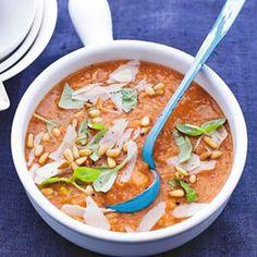 Toevoegen aan mijn receptenEr gaat niets boven eenstevige, Italiaanse tomatensoep. Dit recept is heel eenvoudig. Als je wat soep overhoudt, kun je dat de volgende dag alslunch eten.