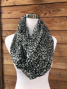 8307f1dfd7bc Foulard tube - Joli foulard à porter simple ou double car c est un très  grand format. La matière est très agréable 😊 Porté quelques fois donc il  est en ...