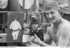 En 1967, au Vietnam, le second lieutenant John Renowden pose aux côtés de la mascotte du 7e bataillon du régiment royale australien : une peluche en laine en forme de cochon. La peluche nommée « Pig », tricotée et envoyée par un ami du lieutenant avait ses propres plaques d'identité.