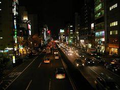A avenida Aoyama em Tóquio à noite