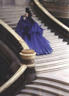 i love that this gown is such a deep blue. usually, the gowns are red and gold in shots like this.