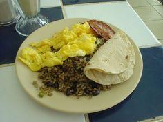Gallo pinto, delicioso desayuno costarricense, cargado de harinas y calorias para empezar el dia con mucha energia