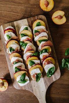 30 Crowd-Pleasing Labor Day Recipes That Are So Fresh and Easy Peach Caprese Bites—such a great snack! Fun Easy Recipes, Easy Meals, Healthy Recipes, Wit And Delight, Good Food, Yummy Food, Snacks, Caprese Salad, Ensalada Caprese