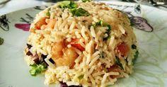 Pastel frío de arroz con gambas al ajillo, brotes tiernos y tomatitos cherry