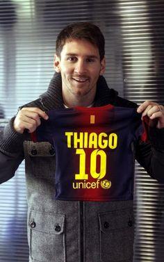 Messi, padre Feliz. El 2 de noviembre de 2012 nació Thiago. MD le regaló la camiseta.