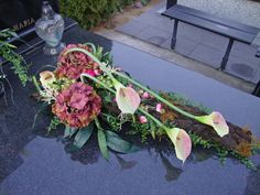 Kwiaty na g Grave Flowers, Cemetery Flowers, Funeral Flowers, Diy Flowers, Flower Decorations, Art Floral, Deco Floral, Arrangements Funéraires, Funeral Flower Arrangements