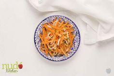Ensalada con nueces. Cabellos de angel de zanahoria, cebolla en julianas, tomate fresco y nueces del brasil tostadas.