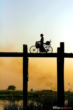 """""""going home"""" an amazing silhouette capture of a woman in amarapura, burma on the longest teak bridge in the world Lac Inle, Frases Humor, Foto Art, Going Home, Great Photos, Silhouettes, Art Photography, Silhouette Photography, Places"""