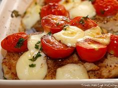 Ostegratinert kyllingfilet med cherrytomater og pesto - TRINEs MATBLOGG  This is evergreen in our home..! Caprese Salad, Pesto, Mad, Lunch, Evergreen, Cooking, Recipes, Kitchen, Eat Lunch