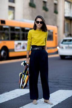 Como usar amarelo em diversos looks: guia completo. Blusa de maga, calça de alfaiataria preta, clochard, loafer nude