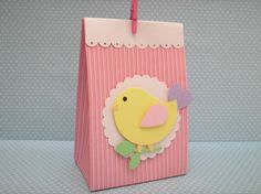 Caixa Casinha de Passarinho confeccionada com papel de scrapbook com aplique de passarinho.  Quantidade minima: 20 unidades Tamanho: 12 alt x 8  comp x 5 larg cm R$ 5,50
