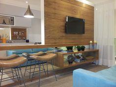 Para sala pequena... espelho! ambiente integrado sala e cozinha. painel para tv em madeira