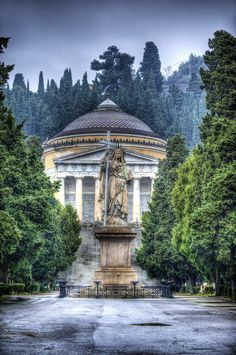Staglieno - Una veduta della strada centrale all'ingresso principale del cimitero di Staglieno, il più bello ed importante d'Italia.