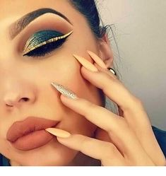 Eye Makeup Tips – How To Apply Eyeliner Kiss Makeup, Glam Makeup, Makeup Inspo, Face Makeup, Makeup Ideas, Gold Eyeliner, Make Up Inspiration, Colorful Eye Makeup, Make Up Looks