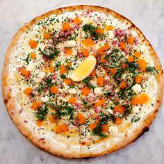 Brillos pizzadeg – (4 port) 1/2 liter vatten, 780 g vetemjöl (helst tipo 00 eller starkt vetemjöl hög proteinhalt), 5 g jäst, 25 g havssalt Går också bra att köpa färdig pizzadeg på Taverna Brillo. 1 PORTION Löjromspizza 4 msk creme fraiche smaksatt med citron 50 g skivad mozzarellaost (Fiore di latte) 50 g... Läs mer