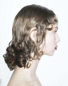 Tour d'horizon des coiffures tendance repérées lors des précédentes fashion weeks. Focus : la tendance gothique vue chez Prada