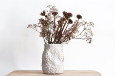 Vase gravé blanc - céramique artisanale Grave, Artisanal, Glass Vase, Pottery, Flowers, Christmas, Etsy, Home Decor, Ideas