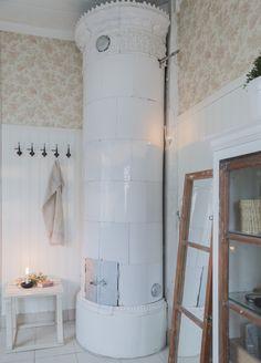 Ꭻuℓʄörbɛrɛɖɛℓsɛr ℐ Åtɛrbruƙssɬiℓ: En rund kakelugn i badrummet tillhör inte vanligheterna. Den eldas flitigt till jul. Tapeterna i engelsk stil kommer från Sandbergs. Tittskåpet och spegeln är gjorda av gamla spröjsade fönster.
