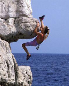Prête à se la jouer Spiderwoman ? Rock Climbing Training, Trekking, Climbing Girl, Surf, Scary Places, Kayak, Mountain Climbing, Crazy People, Extreme Sports