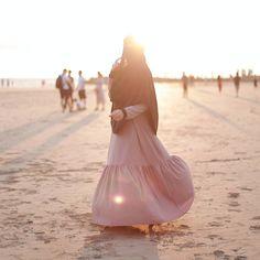 """Salam Dhuha....  .  Belanja gambar founder @rohani_osman_ pakai Jubah Chanteq dan Tudung Ustazah...  .  .  Kombinasi Jubah dan Tudung ini, sesuai untuk mereka yang TAK CUKUP masa iron... dan kekal kemas sepanjang hari...  .  .  Masih ada.... cecepat ke  www.hijabgaleria.my  .  .  Siapa nak Jubah Chanteq....? Komen """" Nak ! """" .  .  Admin ada lebih Jubah Chanteq Maroon saiz S....  Nak bagi FREE dekat awak ...."""