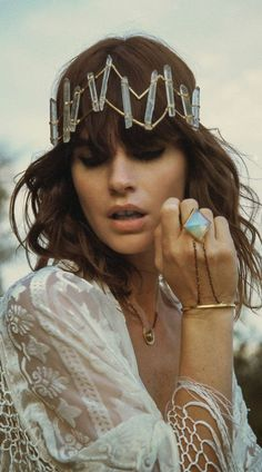 I love this beautiful hairpiece, and the jewlery.