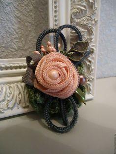 Купить или заказать Брошь 'Розовая роза' в интернет-магазине на Ярмарке Мастеров. Фантазийная брошь украшена розой из молнии, бусинами, металлофурнитурой. Основой послужили две кружевные салфеточки, связанные вручную. Брошь будет прекрасным дополнением к Вашему образу. Очень милая вещица!