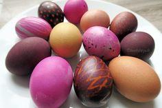 Mit Blauholz oder Cochenille gefärbte Eier können mit Zitronensaft bemalt werden, wodurch sich die Farbe ändert. So kann man interessante Muster und Effekte erzielen. http://www.deschdanja.ch/kreativ-blog/154-ostereier-faerben