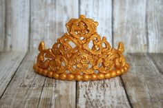 Fondant Crown - Gold Princess Queen Crown Cake Decoration Gumpaste Fondant Crown, Crown Cake, Shelby Township, Sculpted Cakes, Queen Crown, Figure Model, Cake Tutorial, Gum Paste, Custom Cakes