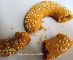 Για τα καφεδάκια της Μεγαλοβδομάδας…    Η συνταγή ήταν ξεχασμένη κάπου στα πρώτα φύλλα ενός παλιού τετραδίου της γιαγιάς μου και είχαμε χρόνια να τη φτιάξουμε. Πρώτα τα έφτιαξε η μάνα μου και αποφάνθηκε ότι ήταν τα καλύτερα που είχε φτιάξει τον τελευταίο καιρό. Με πενήντα συνταγές για … Greek Sweets, Greek Desserts, Greek Recipes, Sweets Recipes, Brownie Recipes, Appetizer Recipes, Cookie Recipes, Greek Cake, Greek Pastries