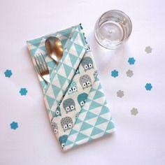 Grande serviette de table enfant, à triangles et hiboux bleu turquoise