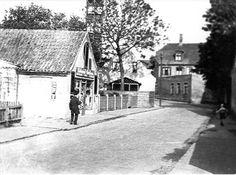 Annexstræde 8 - Den lille butik - Bemærk tårnet i baggrunden, som var et øvelsestårn for brandmænd, dengang Rytterskolen var brandstation - 1927