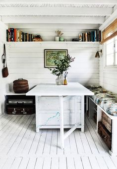 Sommer i kolonihavehuset på 39 kvadratmeter Dining nook with bench and enough space for guests. Cozy and comfortable! Decorating Small Spaces, Interior Decorating, Decorating Ideas, Decorating Office, Home Decor Items, Diy Home Decor, Garderobe Design, Gravity Home, Boho Home