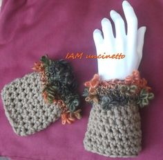 Guanti senza dita o polsini in lana e ricciolini lavorati all'uncinetto. Crochet fingerless gloves or wrist warmer. Handmade.