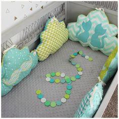 Tour de lit bébé thème chat et moustache  Dans les teintes de vert d'eau, mint et vert anis  Pour habiller le lit de votre petit bout de choux voici un tour de lit moelleux  - 19147053