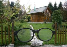 Ve tabi ki bahçeye gözlük şeklinde tasarlanmış bir kapıdan geçerek giriyorsunuz.